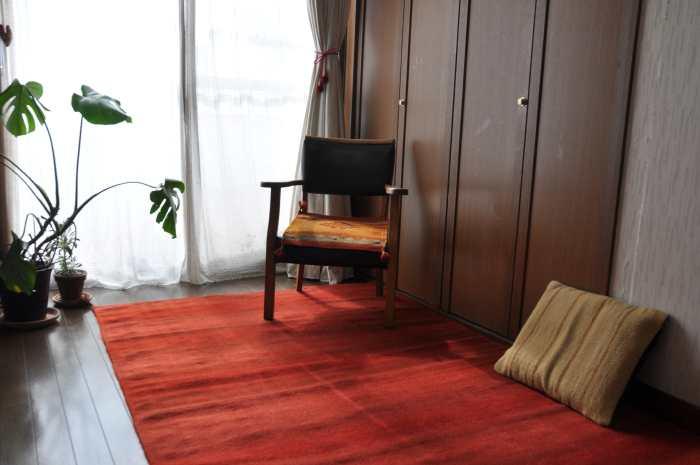 引き立てあう赤いラグ 手織りラグ納品事例 1202