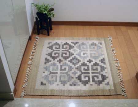 正方形の玄関ラグ 手織りラグ納品事例 0508