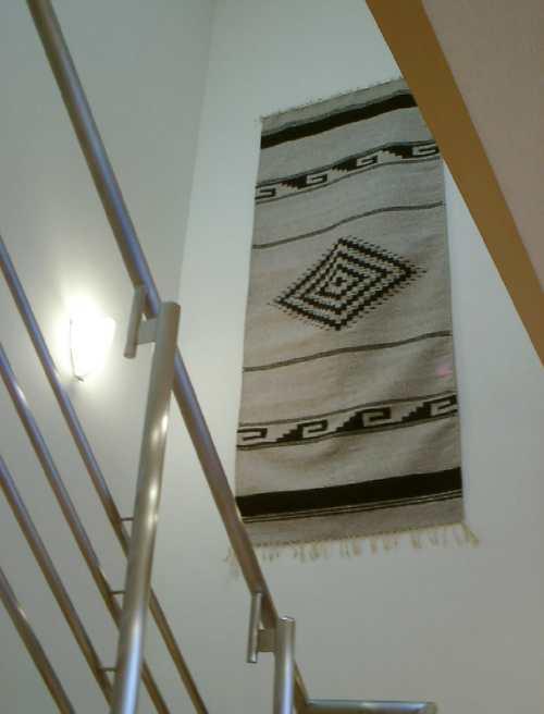 ポンチョ発祥のラグを吹き抜けに 手織りラグ納品事例 0510